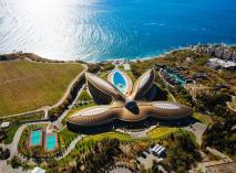 СКК «Мрия Резорт & Спа» - 5-звездочный комплекс на Южном берегу Крыма, созданный в соответствии с международными стандартами гостиничного сервиса. Интерьер комплекса наполнен светом и поражает своим великолепием.