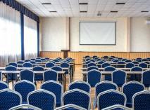 Большинство курортных отелей и санаториев Крыма предлагают также услуги конференц-сервиса и поведения различных мероприятий для туристических групп. На фото - конференц-зал, «Сосновая роща»