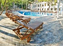 Во многих санаториях и отелях Крыма есть крытые подогреваемые бассейны, позволяющие заниматься плаванием круглый год. На фото - бассейн с морской водой в санатории «Сосновая роща» (Ялта)