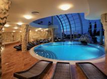 Курортный отель «Respect Hall Resort & SPA» (Ялта) - это современные номера, обширная курортная инфраструктура и все условия для отдыха и оздоровления. На фото - бассейн в СПА-центре отеля.