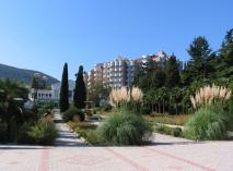 Санаторий «Алушта» расположен в центре Профессорского уголка. Уютные номера, тенистый парк, открытый плавательный бассейн, спортивные площадки и теннисные корты, анимация для детей.