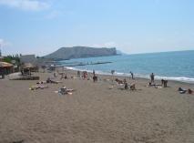 Пляж в Судаке - один из самых просторных в Крыму. Здесь есть и песок, и галька, и пологий вход в море и впечатляющие каменные хаосы по краям судакской бухты