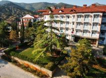 Пансионат «Крымская Весна» находится в живописной Судакской долине, вблизи Генуэзской крепости. Прекрасные ландшафты, бассейн дополняют профессиональный подход к оздоровлению и отдыху.