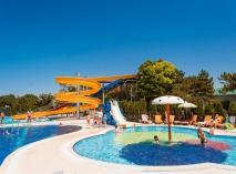 Пансионат «Солнечный» находится у берега моря на роскошной зеленой территории, развитая инфраструктура, бесплатный собственный аквапарк. Хороший вариант отдыха для семей с детьми.